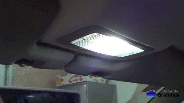 ya hemos sustituido el bombillo interior del coche por un bombillo led