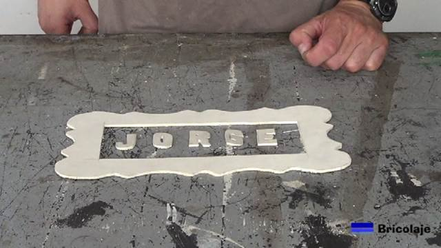 presentando las letras y el marco en madera de marquetería