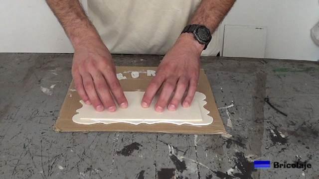 pegando la madera trasera al marco para hacer el cartel