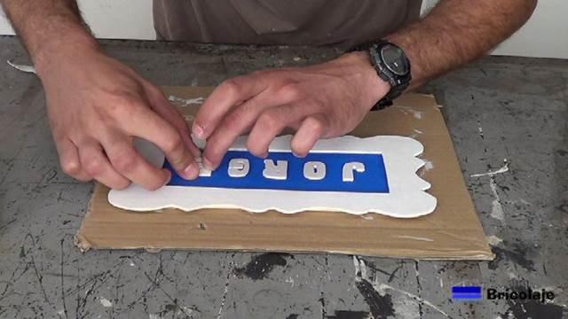 colocando las letras en su sitio para hacer el cartel