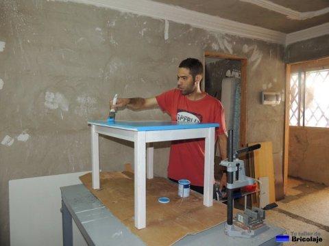 pintando la mesa de madera para niños