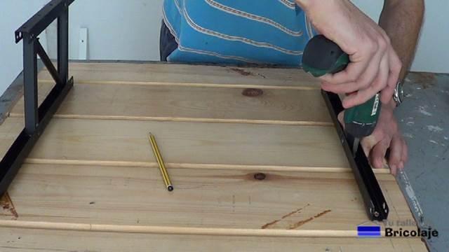 sujetando el sistema de elevación de mesas a la cubierta de la mesa