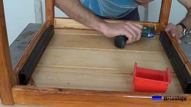 sujetando el sistema de elevación para mesas al larguero