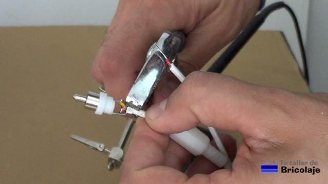 sujetando el cable al conector