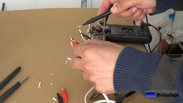comprobando que el cable tiene continuidad con el tester o multímetro