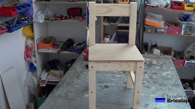 presentado el asiento en la silla de madera para niños con tornillos