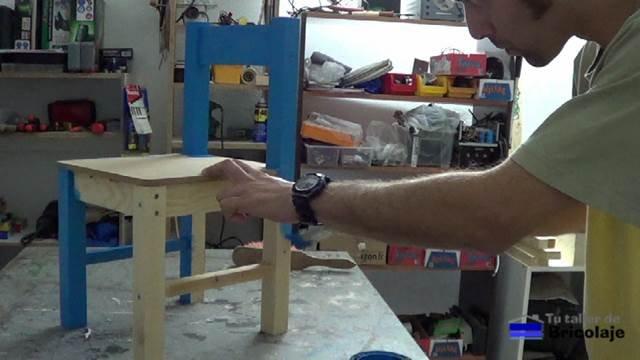 pintando la silla de madera