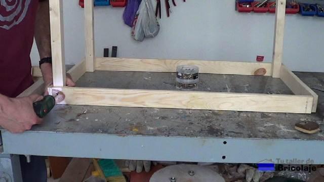 atornillando las partes para hacer la estructura de la mesa