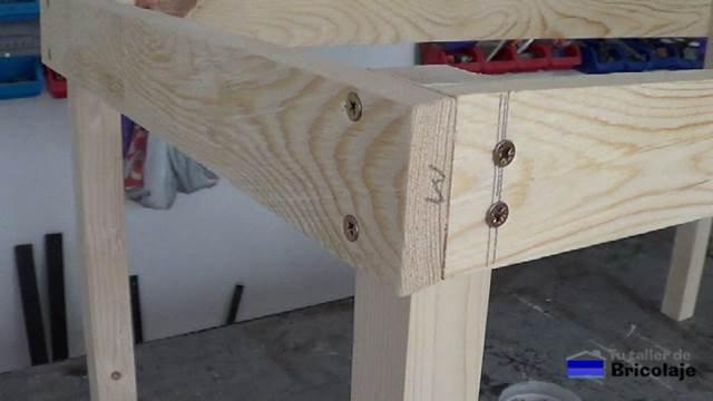 sistema de unión con tornillos para hacer la estructura de la mesa