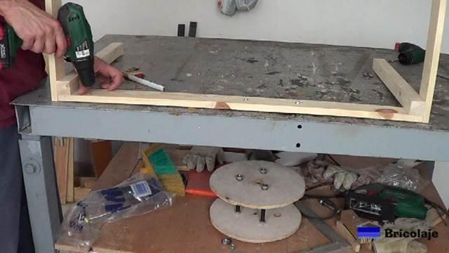 haciendo camino con broca de hierro de 1,5 mm para posteriormente colocar las alcayatas redondas