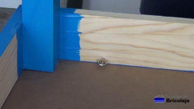 sistema de tornillos y alcayatas redondas para sujetar la cubierta a la mesa para niños con tornillos