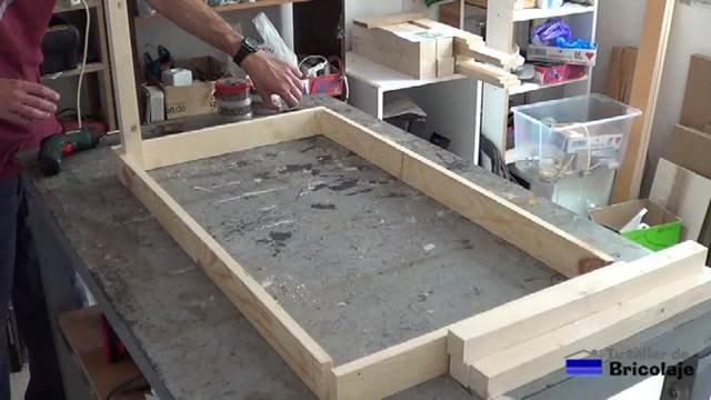 presentando las piezas que forman la estructura de la mesa para niños con tornillos