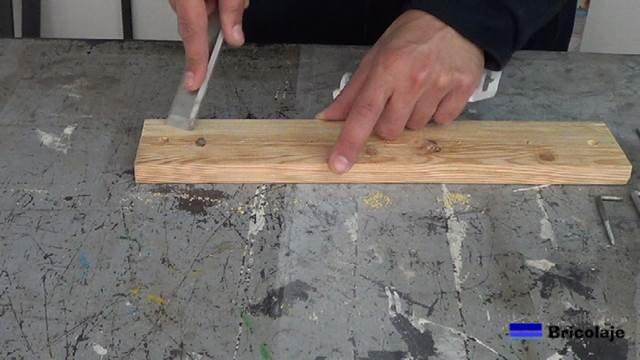 tapando los agujeros y grietas en la madera con masilla