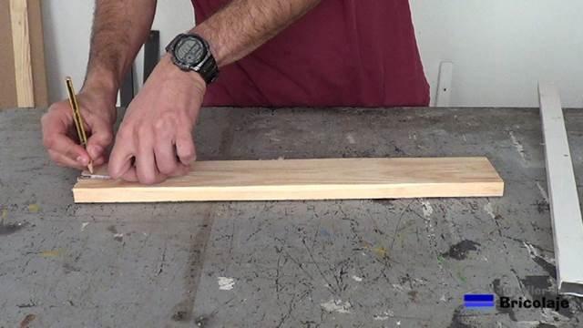 marcando para abrir agujeros para sujetar a la pared el organizador