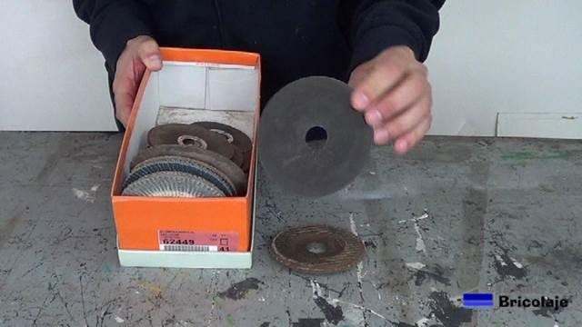 antiguo lugar donde colocaba los discos de la amoladora: una caja de zapatos
