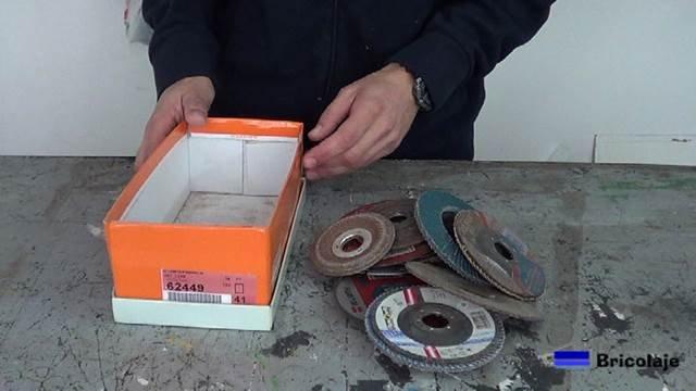 en una caja de zapatos guardaba los discos de la amoladora o radial