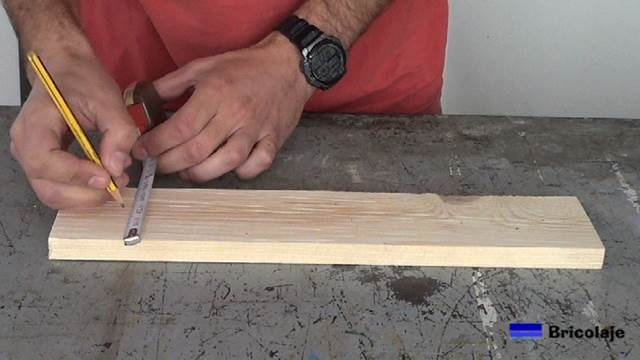 marcando la mitad de la madera que hará de base del organizador