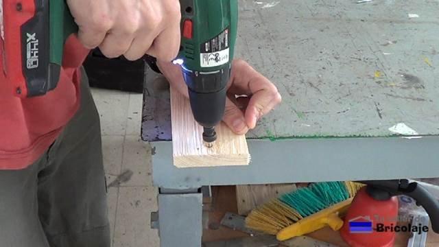 avellanando los agujeros para sujetar el organizador a la pared mediante tornillos y tacos