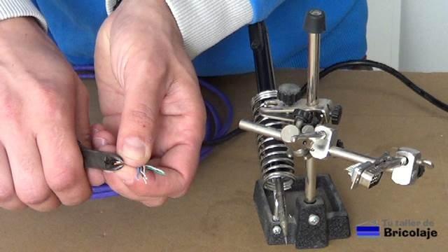 pelando las puntas del cable de red
