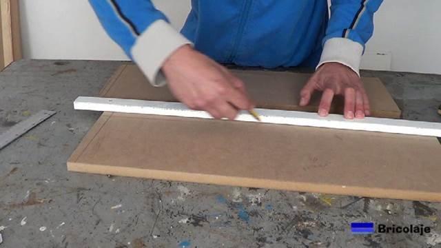 trazando las medidas en la madera