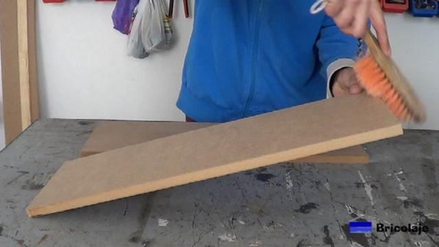 limpiando la madera después del proceso de corte o lijado