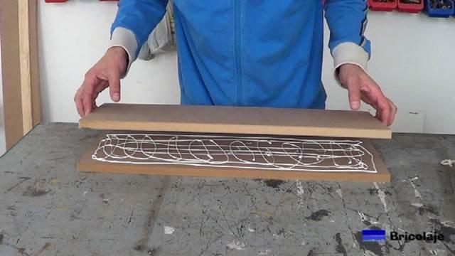 colocando una madera sobre la otra para aumentar el grosor