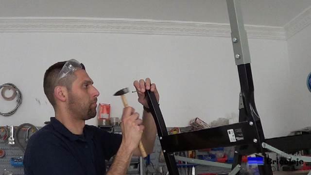 marcando el material del banco de trabajo con un punzón o tacha o clavo para que no se deslize la broca de hierro para poder perforar el material