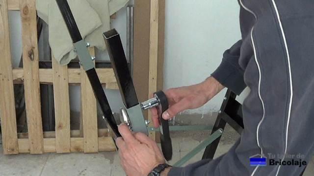 sujetando las nuevas patas al banco de trabajo mediante tornillos, tuercas y arandelas