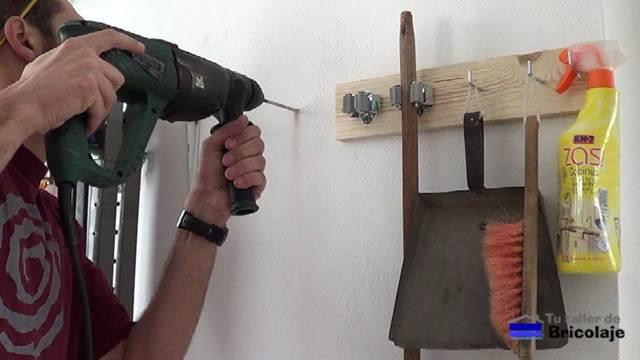 perforando las marcas para sujetar las palomillas a la pared