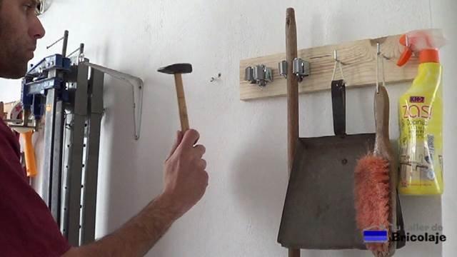 introduciendo los tacos en la pared para sujetar las palomillas