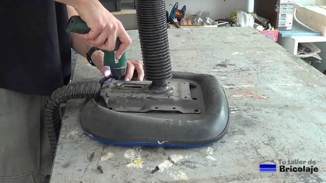 retiramos los tornillos para separar el asiento de las patas con ruedas