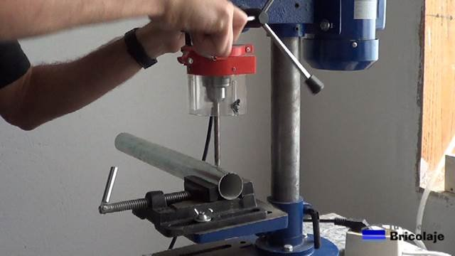 perforamos el tubo de 40 mm con broca de 6 y 9 mm, respectivamente