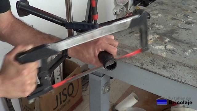 cortando el plástico embellecedor de las patas de la silla con ruedas