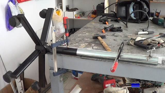 presentando el tubo de 40 mm sobre las patas de la silla con ruedas