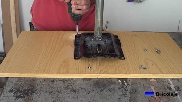 colocando los tornillos para sujetar la cubierta al soporte