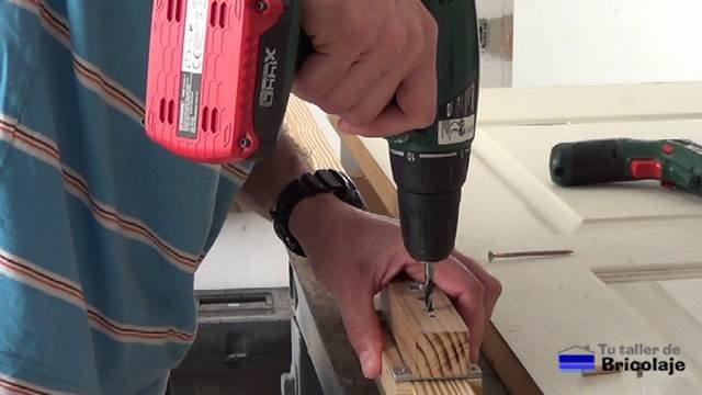 usando la plantilla para abrir los agujeros para colocar los tarugos, espigas o tubillones