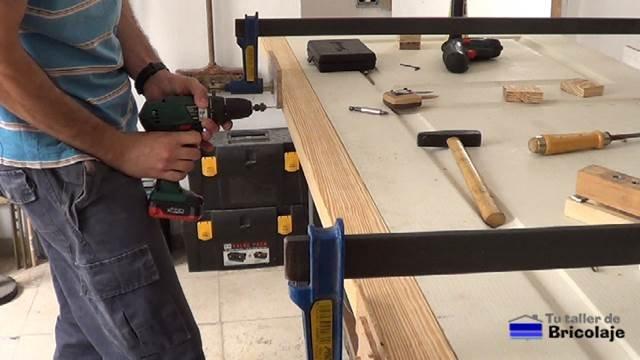perforando con broca avellandora para colocar los tornillos