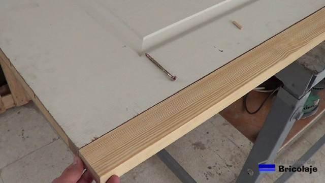 listón de madera para aumentar el ancho a la puerta de madera prefabricada