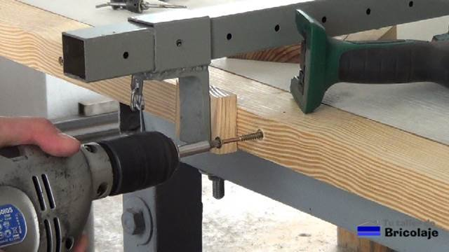 insertando los tornillos en los agujeros avellanados