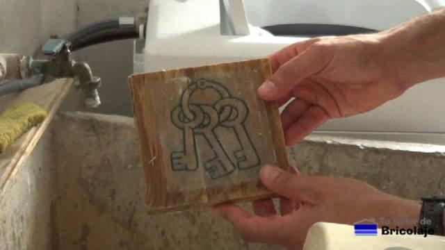 primera capa de papel retirada de la madera