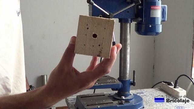 primer agujeros realizado en el taco de madera