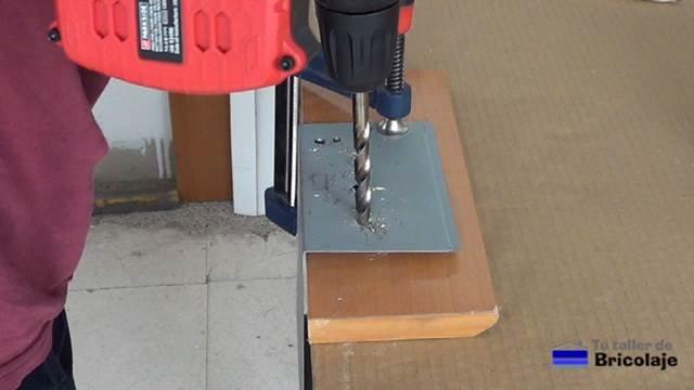 perforando los agujeros para alojar los conectores banana hembra