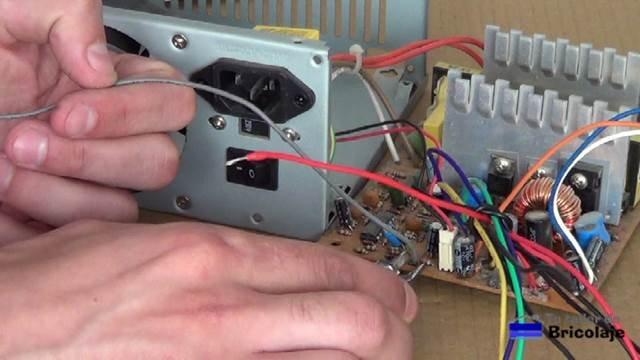 cortando los cables innecesarios en la fuente de pc