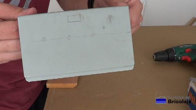 marcando en la chapa, el lugar donde colocar los elementos necesarios para realizar la conversión a fuente de laboratorio casera