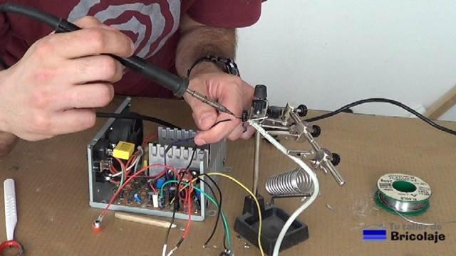 realizando la soldadura de los conectores