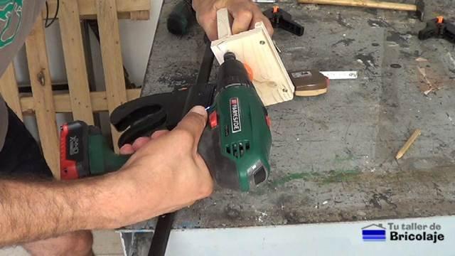 avellanando los agujeros para insertar los tornillos