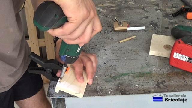 sujetando las piezas que formarán el soporte de madera para tableta o tablets