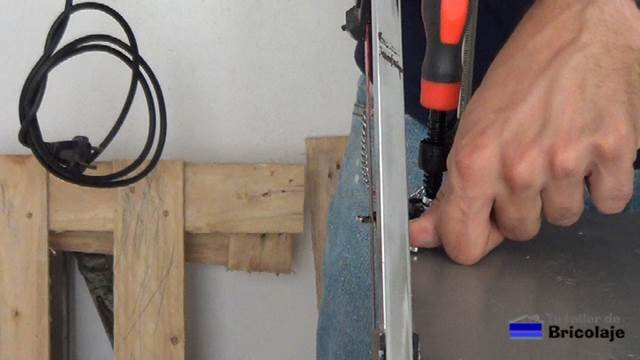 cortando las partes metálicas que protege el imán de neodimio de disco duro