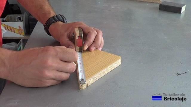 marcando el lugar donde perforar la madera