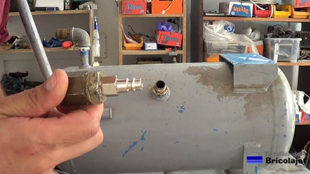conexión para conectar la salida del compresor que genera el aire al depósito del viejo compresor